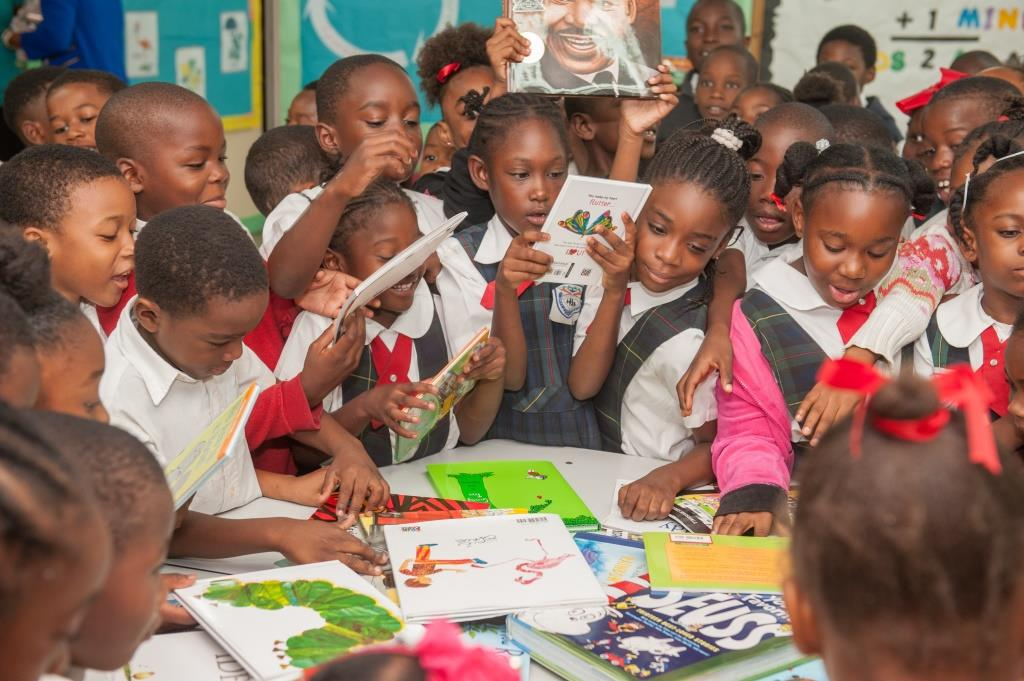 Graham Thompson Donates Books to School and Volunteer Programme